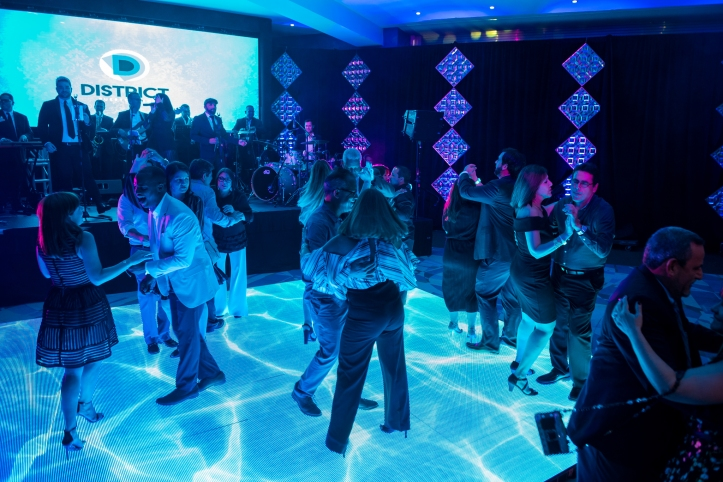 Los invitados bailaron sobre una pista LED y con la música de Cuenta Regresiva